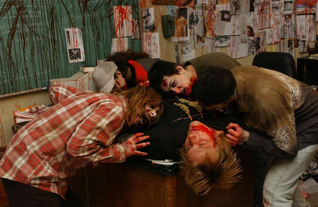 Eine äußerst seltsame Virusinfektion greift auf dem Campus der Uni um sich: Immer mehr Studenten verwandeln sich in Zombies und fallen übereinand... - Bildquelle: Sony Pictures Television International. All Rights Reserved.