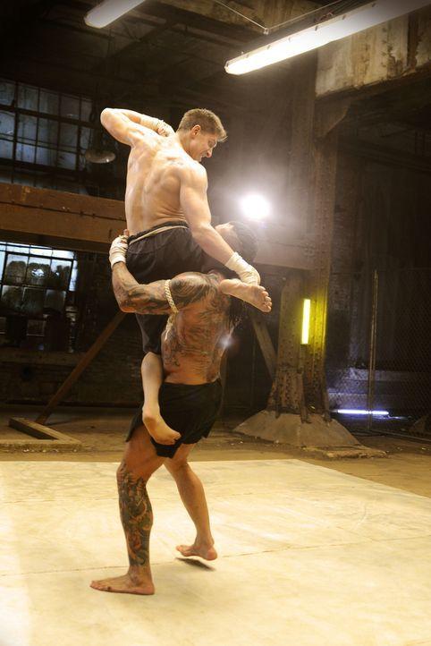 Um gegen den Mörder seines Bruders, Tong Po (Dave Bautista, unten), im Kampf eine Chance zu haben, geht Kurt (Alain Moussi, oben) über seine Grenzen... - Bildquelle: Elite Entertainment Group