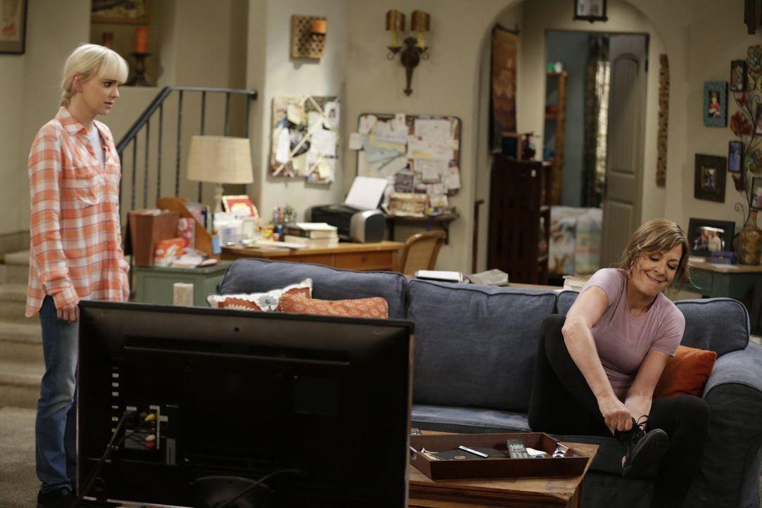 Christy (Anna Farris, l.) und Bonnie (Allison Janney, r.) kriegen sich in die Haare, als Bonnies Mutter Shirley auftaucht und Teil von ihrem Leben w... - Bildquelle: 2015 Warner Bros. Entertainment, Inc.
