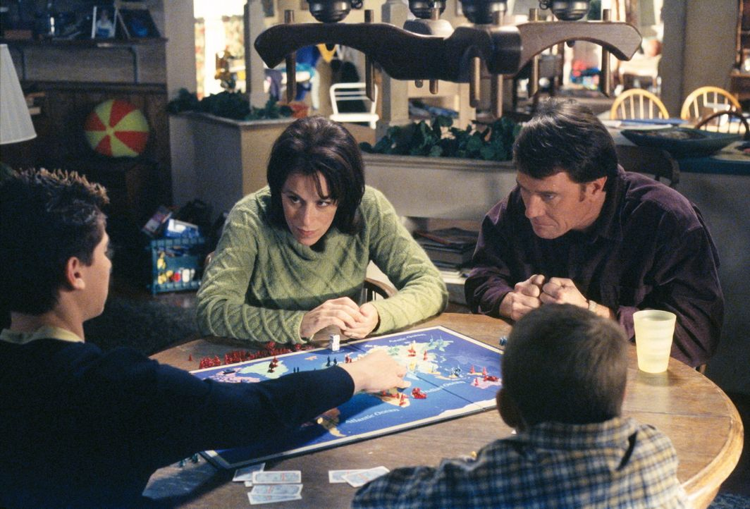 Lois (Jane Kaczmarek, M.) und Hal (Bryan Cranston, r.) entwickeln beim Spieleabend mit den Kindern etwas zu großen Ehrgeiz. - Bildquelle: TM +   2000 Twentieth Century Fox Film Corporation. All Rights Reserved.