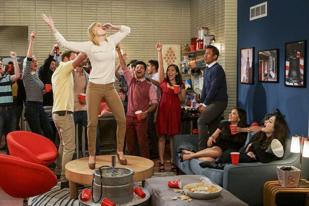 Max (Kat Dennings, r.) nutzt die Zeit an der Universität von Pennsylvania, um Caroline (Beth Behrs, vorne l.) endlich die College-Party Erfahrungen... - Bildquelle: Warner Bros. Television