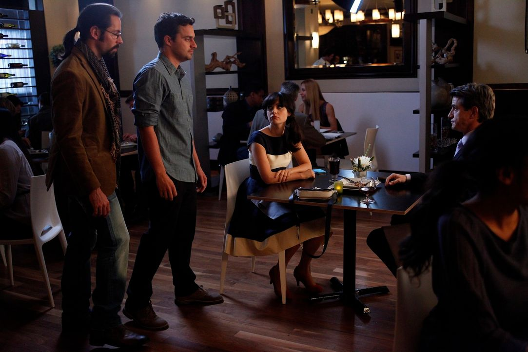 Jess' (Zooey Deschanel, 2.v.r.) Rendez-vous mit Russell (Dermot Mulroney, r.) läuft nicht ganz so, wie geplant. Derweil bekommt Nick (Jake M. Johnso... - Bildquelle: 20th Century Fox