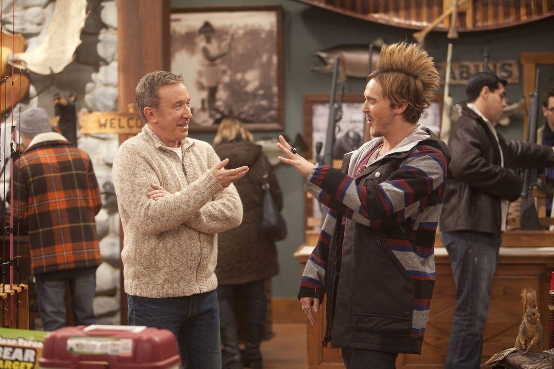 Der Star der Angler-Szene, Chad Bickle (Steve Talley, r.), schaut im Laden vorbei und erinnert Mike (Tim Allen, l.) daran, wie das Leben aus dem Ruc... - Bildquelle: 2011 Twentieth Century Fox Film Corporation