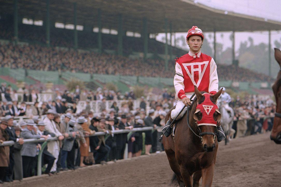 Eigentlich sind Pferd Seabiscuit und Jockey Red Pollard (Tobey Maguire) nach normalen Maßstäben nicht für den Rennsport geeignet: Das Pferd ist viel... - Bildquelle: Francois Duhamel 2003 Universal Studiosand DREAMWORKS LLC..All Rights Reserved.