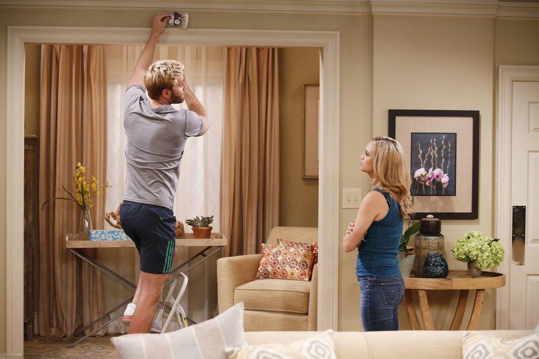 Während Lowell (Rick Donald, l.) verzweifelt versucht, Kelly (Fiona Gubelmann, r.) abzulenken, möchte Will am liebsten ihre ganze Aufmerksamkeit ... - Bildquelle: 2013 CBS Broadcasting, Inc. All Rights Reserved.