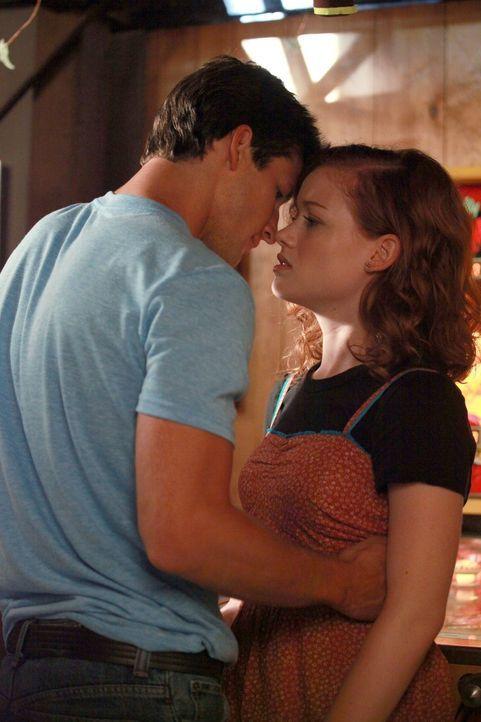 Tessa und ihr Vater George können einem Abendessen bei ihren Nachbarn, den Shays, nicht länger aus dem Weg gehen. Während George dort überredet... - Bildquelle: Warner Bros. Television