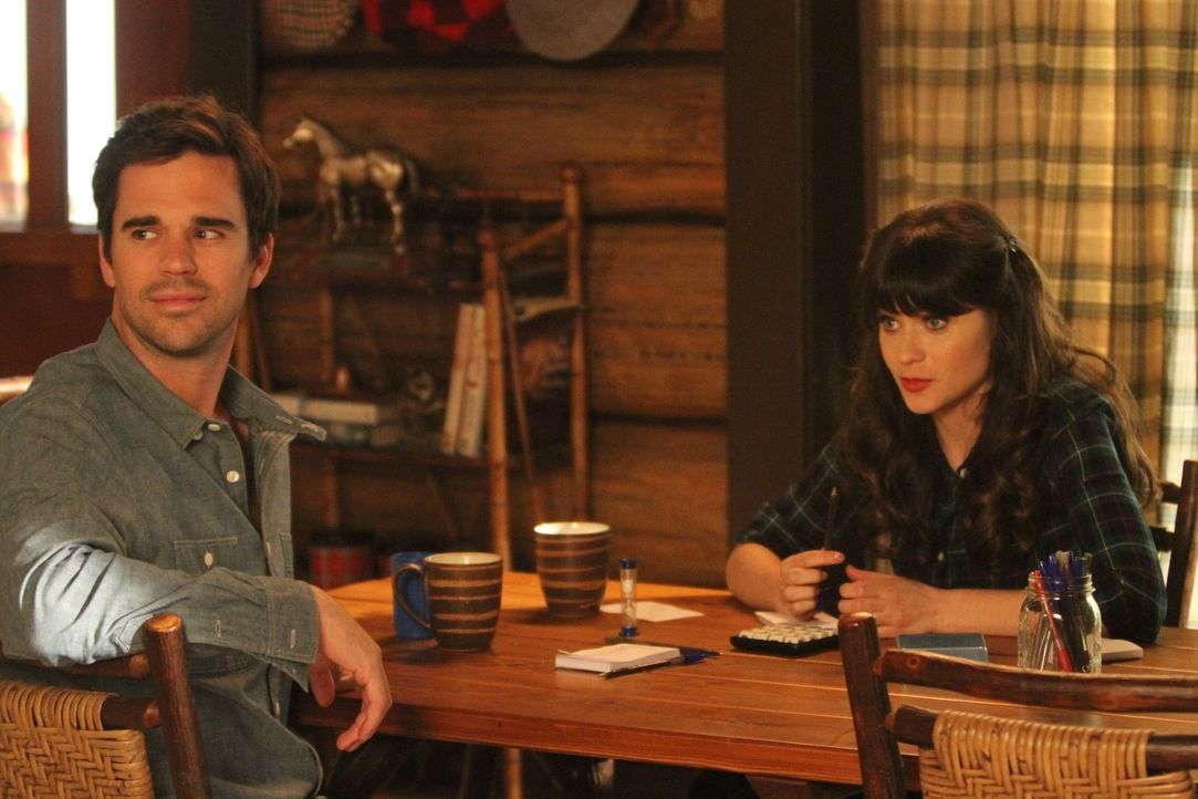 Jess (Zooey Deschanel, r.) und Sam (David Walton, l.) planen ein Wochenende in einer Hütte im Wald und nehmen Nick und Angie mit. Doch der Ausflug g... - Bildquelle: 2012 Twentieth Century Fox Film Corporation. All rights reserved.
