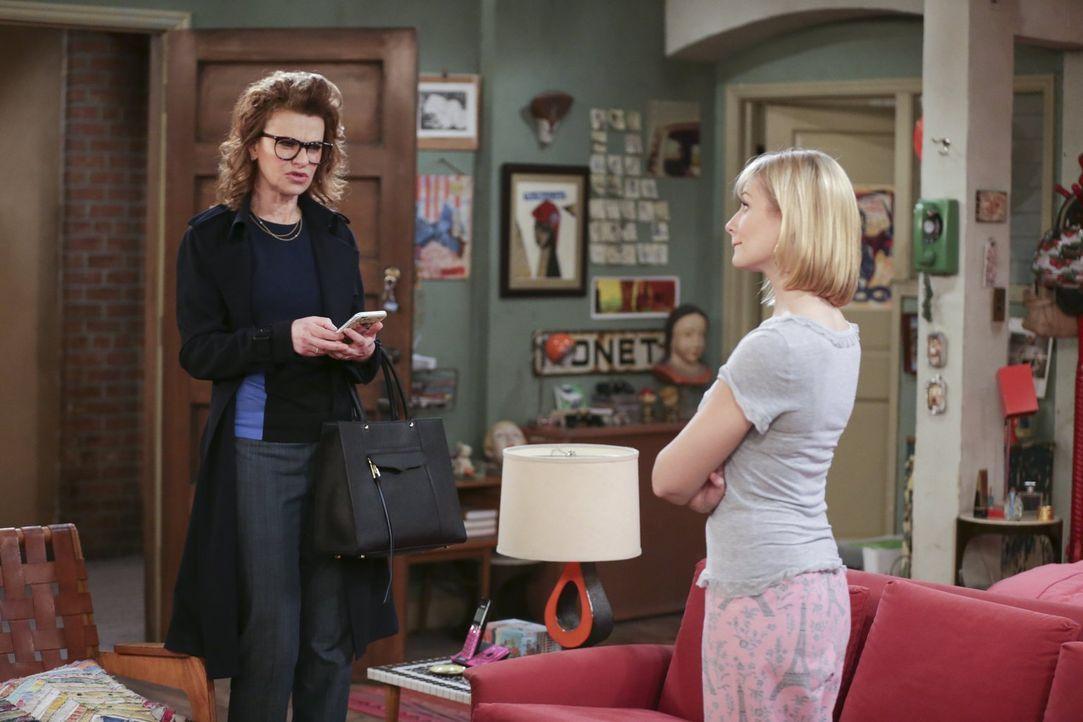 Wird Caroline (Beth Behrs, r.) gegenüber Joedth (Sandra Bernhard, l.) Stillschweigen bewahren können oder erzählt sie ihrer Chefin brühwarm von der... - Bildquelle: Warner Bros. Television