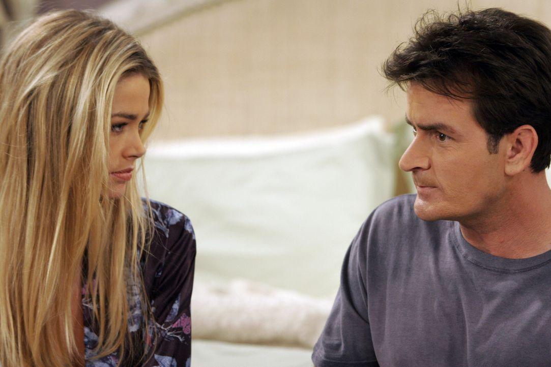 Charlie (Charlie Sheen, r.) sieht seine Chance gekommen, mit Lisa (Denise Richards, l.) ins Bett zu hüpfen und redet sich ein, dass er eine dauerha... - Bildquelle: Warner Brothers Entertainment Inc.