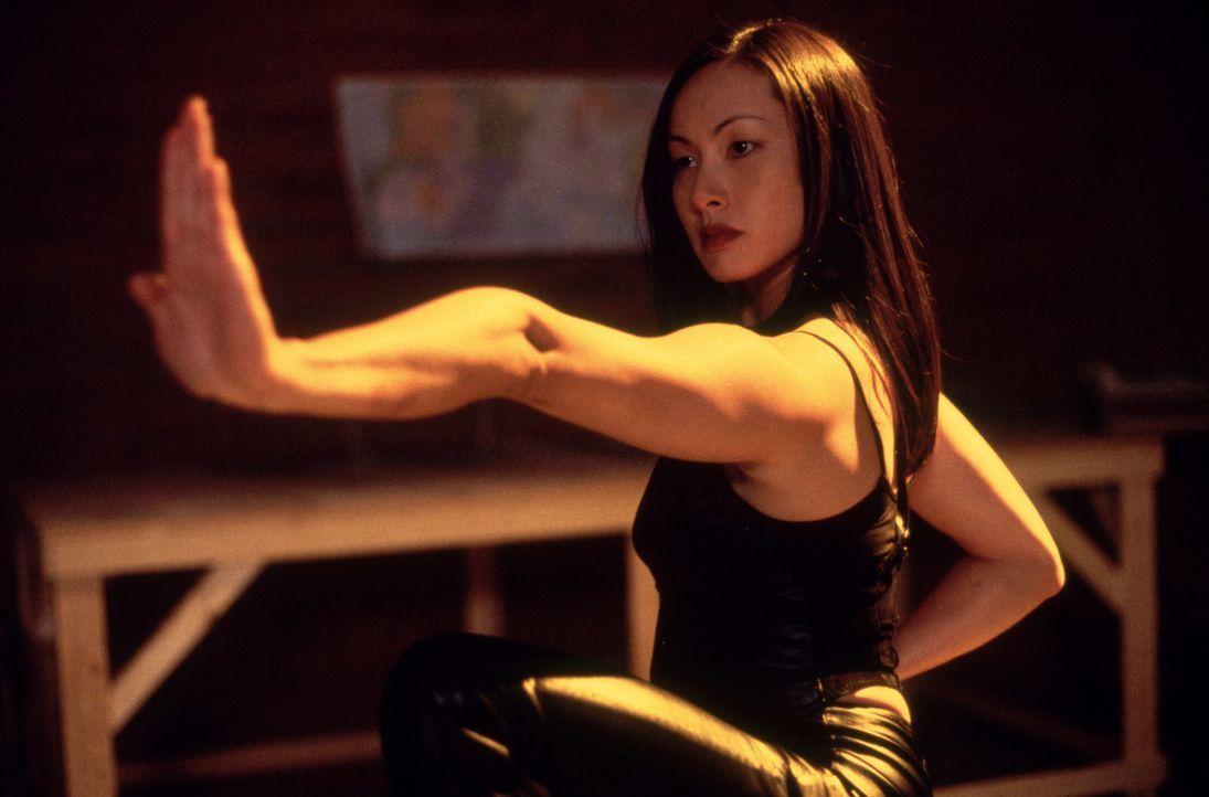 Tommy Wong (Miranda Kwok) weiß sich schlagkräftig in Szene zu setzen ... - Bildquelle: Strange Fruit Films