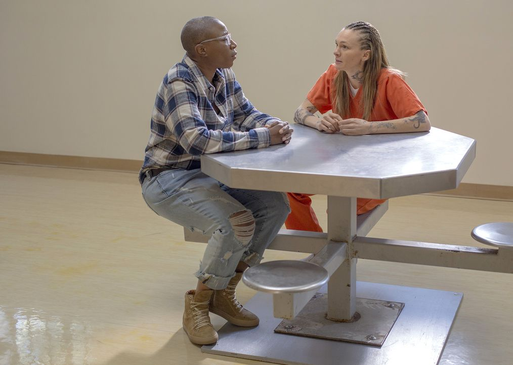 Ist es wirklich eine gute Idee von Hen (Aisha Hinds, l.), ihre Ex-Freundin Eva (Abby Brammell, r.) im Gefängnis zu besuchen? - Bildquelle: 2018 Fox and its related entities.  All rights reserved.