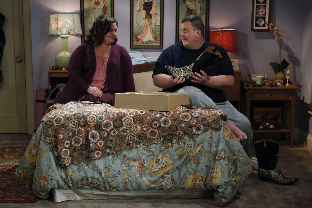 Molly (Melissa McCarthy, l.) schenkt Mike (Billy Gardell, r.) ein paar Cowboystiefel und der ist vor Freude außer sich. Er trägt sie sogar im Dien... - Bildquelle: Warner Brothers