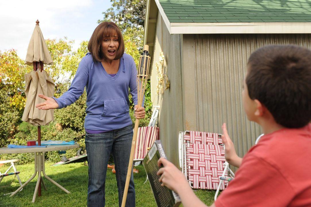 Frankie (Patricia Heaton, l.) will den Garten der Hecks rechtzeitig zum Sommer in ein richtiges Paradies verwandeln - bekommt dafür aber nur wenig H... - Bildquelle: Warner Brothers