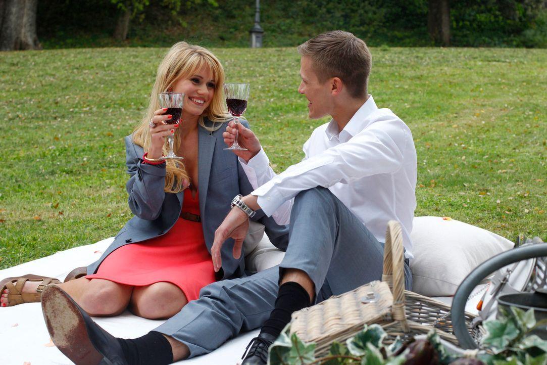 Marcel (r.) verbringt einen vergnüglichen Nachmittag mit Jessica (l.) ... - Bildquelle: Richard Hübner ProSieben