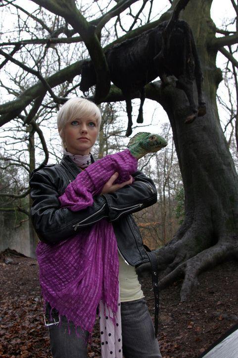 Abby (Hannah Spearritt) entdeckt, dass die Dinosaurier den Kontakt zu Menschen nicht scheuen ... - Bildquelle: ITV Plc