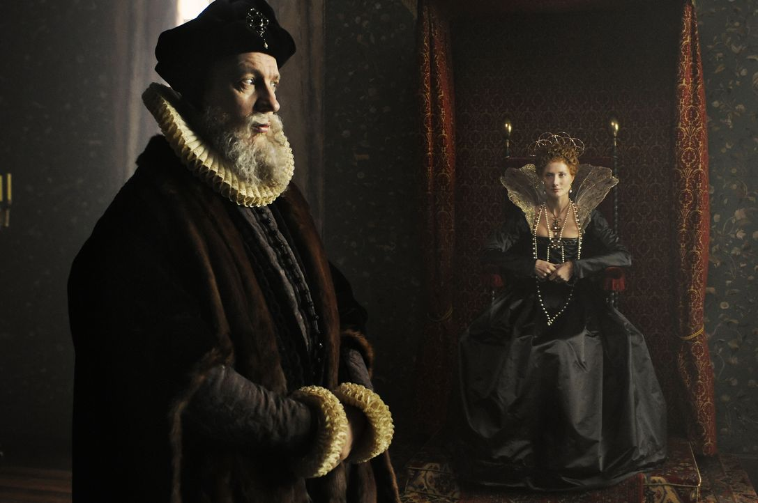 Noch ahnt Königin Elizabeth I. (Joely Richardson, r.) nicht, dass ihr königlicher Berater, Sir William Cecil (David Thewils, l.), nicht nur ein einf... - Bildquelle: Reiner Bajo 2011 Columbia Pictures Industries, Inc. and Beverly Blvd LLC. All Rights Reserved.