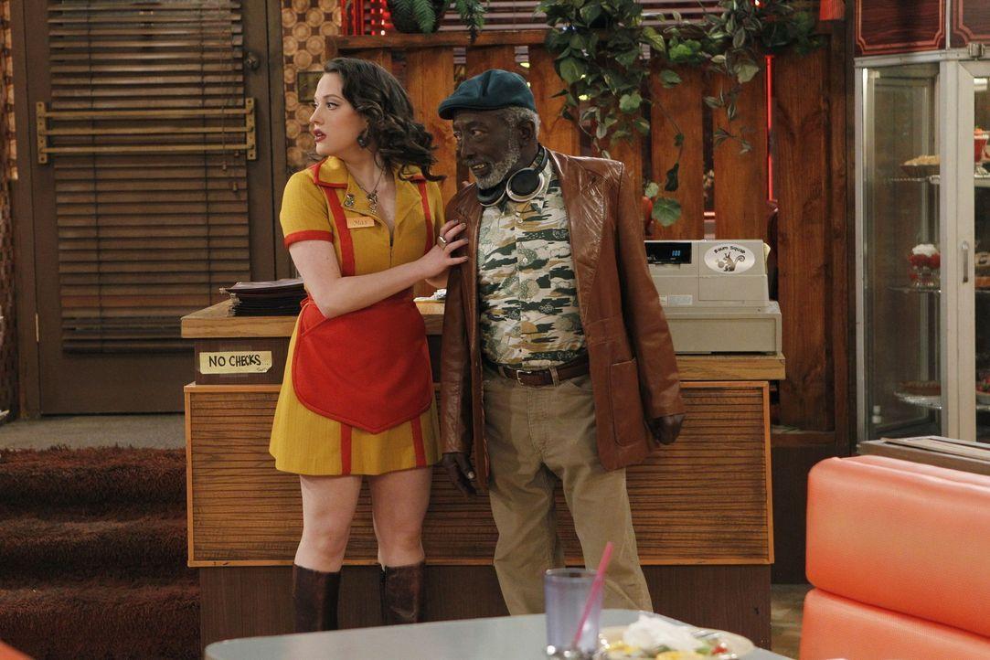 Können dem ganzen Valentinstag-Firlefanz nichts ab: Max (Kat Dennings, l.) und Earl (Garrett Morris, r.) sind sich bezüglich des Tags der Liebe ab... - Bildquelle: Warner Brothers