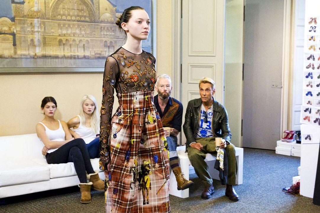 GNTM-Stf10-Epi14-Fashion-Week-Paris-066-Ajsa-ProSieben-Richard-Huebner-TEASER - Bildquelle: ProSieben/Richard Huebner