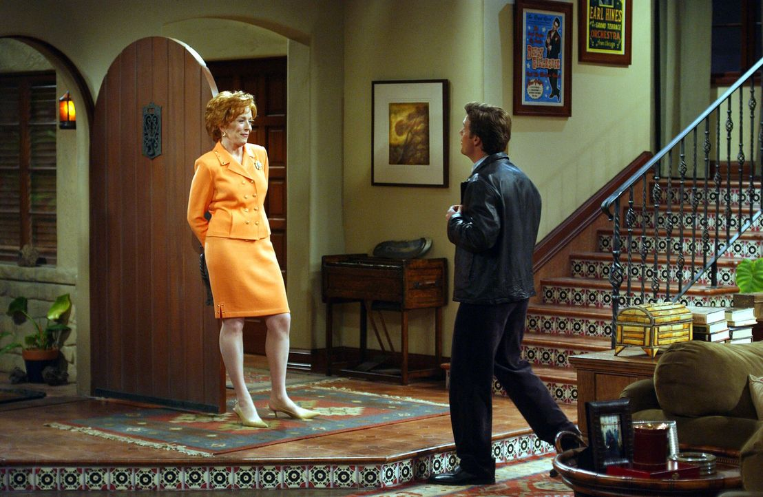 Charlie kann nicht fassen, dass sich seine Mutter Evelyn (Holland Taylor, l.) auf ein Verhältnis mit Bill (Chris O'Donnell, r.) einlässt ... - Bildquelle: Warner Brothers Entertainment Inc.