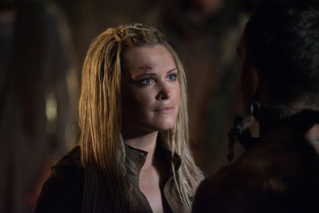 Fühlt sich gefangen zwischen dem Rachegedanken und der Hoffnung auf Frieden: Clarke (Eliza Taylor) ... - Bildquelle: 2014 Warner Brothers