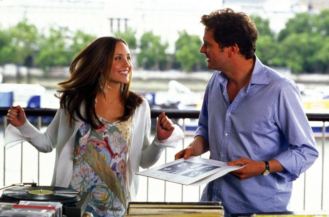 Nach und nach gelingt es Daphne (Amanda Bynes, l.), ihren Vater, den versnobten und steifen Lord Henry Dashwood (Colin Firth, r.), zu einem echten R... - Bildquelle: Warner Bros.