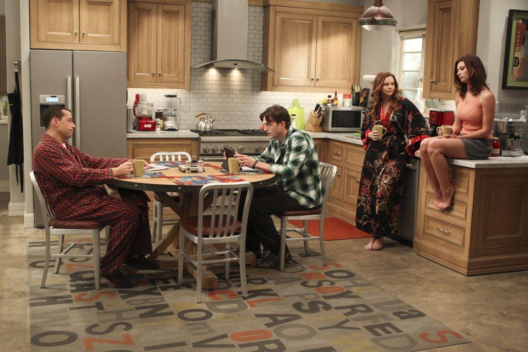 Während Alan (Jon Cryer, l.) Jenny (Amber Tamblyn, 2.v.r.) Ratschläge für ihre Beziehung mit Brooke (Aly Michalka, r.) gibt, trifft Walden (Ashton K... - Bildquelle: Warner Brothers Entertainment Inc.