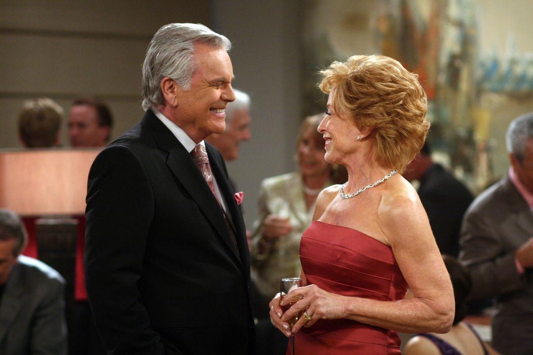 Teddy (Robert Wagner, l.) und Evelyn (Holland Taylor, r.) geben ihre Verlobung bekannt. Zur Feier des Tages taucht plötzlich auch Teddys attraktive... - Bildquelle: Warner Brothers Entertainment Inc.