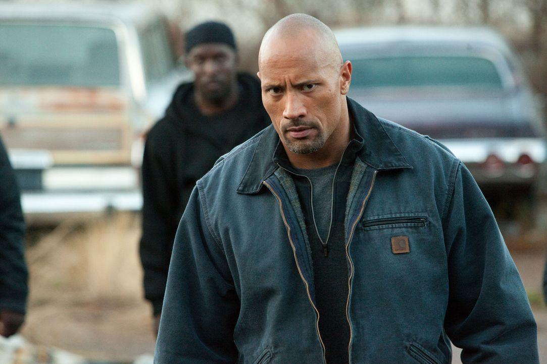 Um seinen Sohn aus dem Knast zu befreien, lässt sich Transportunternehmer John Matthews (Dwayne Johnson)  als Undercover-Agent in der gefährlichen W... - Bildquelle: TOBIS FILM