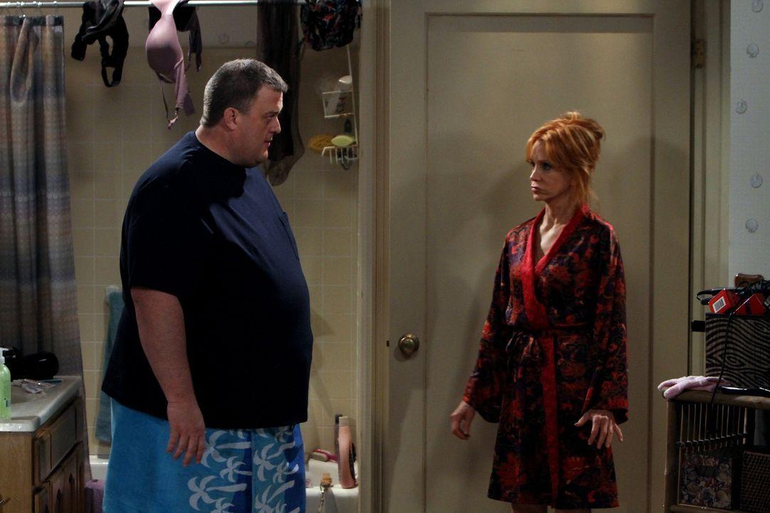 Ein unglückliches Zusammentreffen im Bad: Mike (Billy Gardell, l.) und Mollys Mutter Joyce (Swoosie Kurtz, r.) ... - Bildquelle: Warner Bros. Television