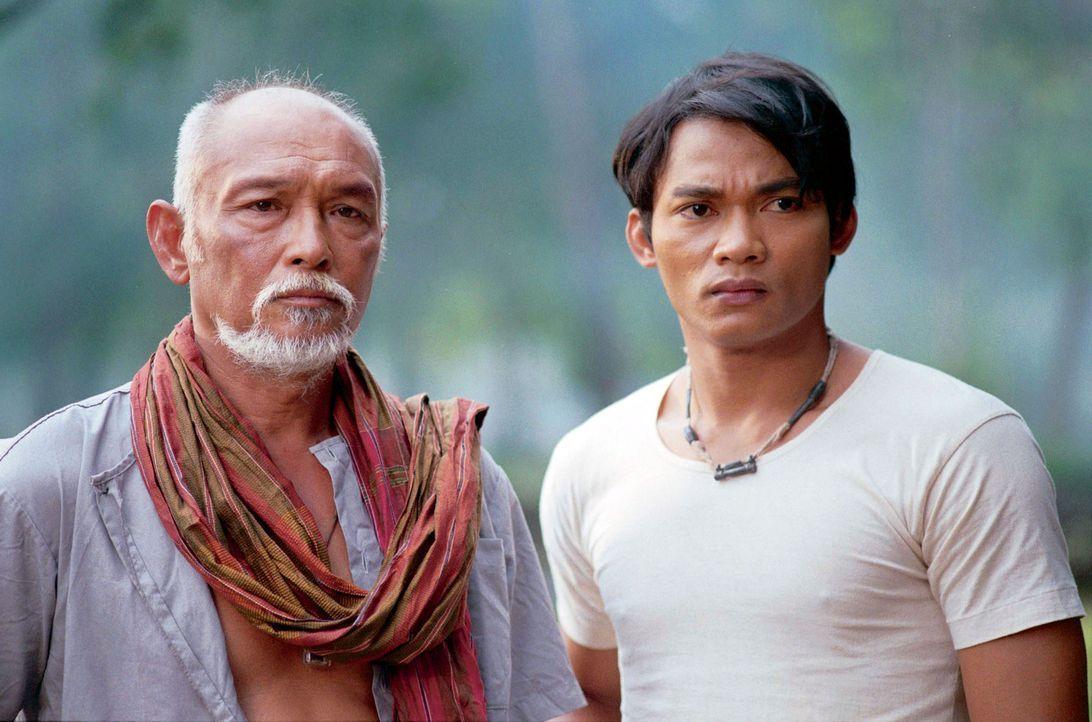 Kham (Tony Jaa, r.) und sein Vater (Sotorn Rungruaeng, l.) genießen ihr beschauliches Leben am Land. Doch dann setzen brutale Wilderer der Idylle e... - Bildquelle: e-m-s the DVD-Company