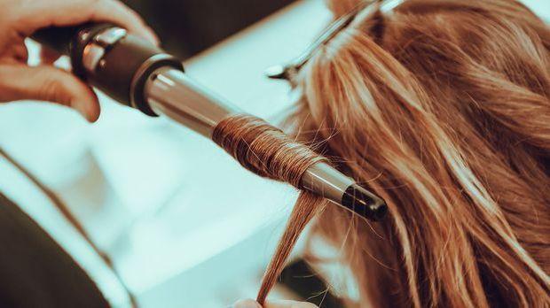 Wie du mit dem Lockenstab im Handumdrehen eine angesagte Frisur stylst, liest...