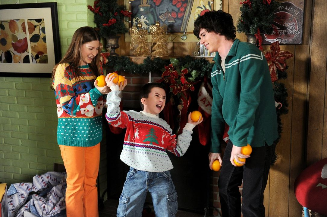Orangen statt Geschenke: Zu Weihnachten soll es für Sue (Eden Sher, l.), Brick (Atticus Shaffer, M.) und Axl (Charlie McDermott, r.) nur eine Kleini... - Bildquelle: Warner Brothers