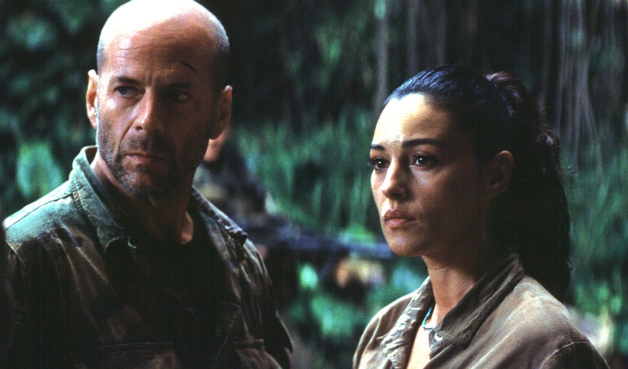 Riskiert Kopf und Kragen, um Lena Kendricks (Monica Bellucci, r.) und ihre Schützlinge zu retten: A. K. Waters (Bruce Willis, l.) ... - Bildquelle: 2004 Sony Pictures Television International. All Rights Reserved.