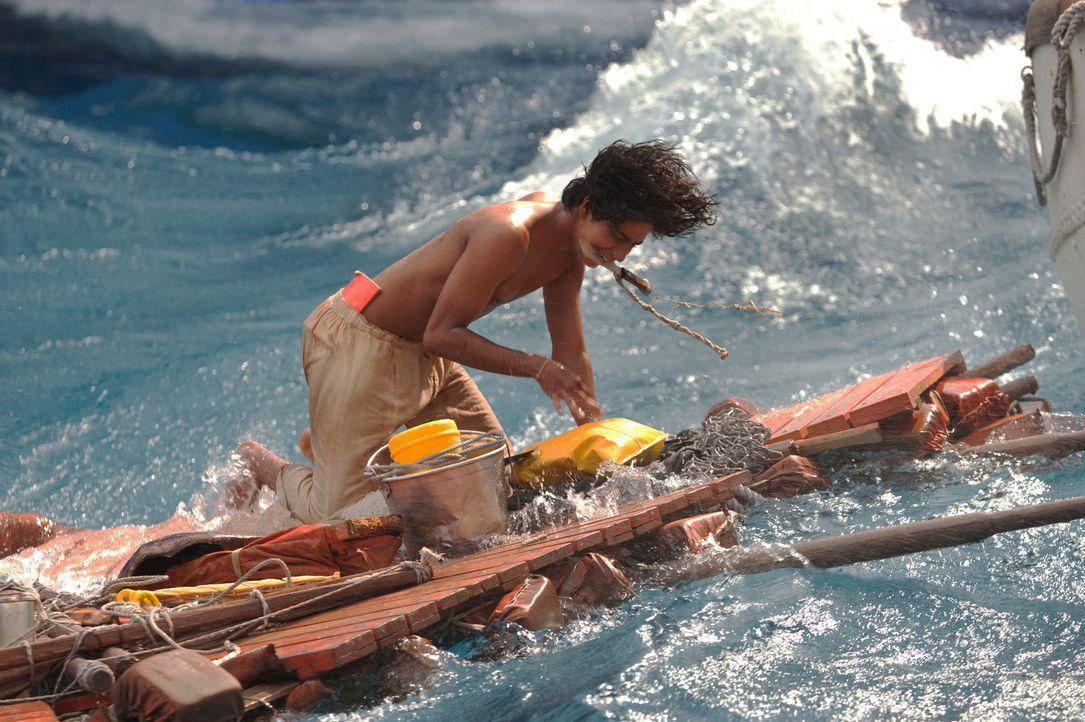 Eigentlich hätte Pi (Suraj Sharma) alles im Rettungsboot, was nötig ist, um einige Wochen auf See zu überleben. Doch dort hockt unglücklicherweise e... - Bildquelle: 2012 Twentieth Century Fox Film Corporation. All rights reserved.