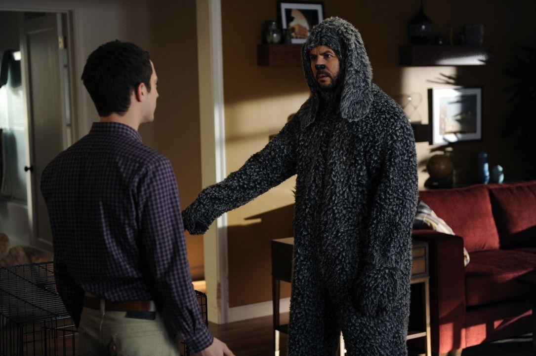 Wilfred (Jason Gann, r.) möchte nicht alleine zu Hause bleiben, während Ryan (Elijah Wood, l.) den ganzen Tag in der Kanzlei arbeitet. Aus lauter La... - Bildquelle: 2011 FX Networks, LLC. All rights reserved.