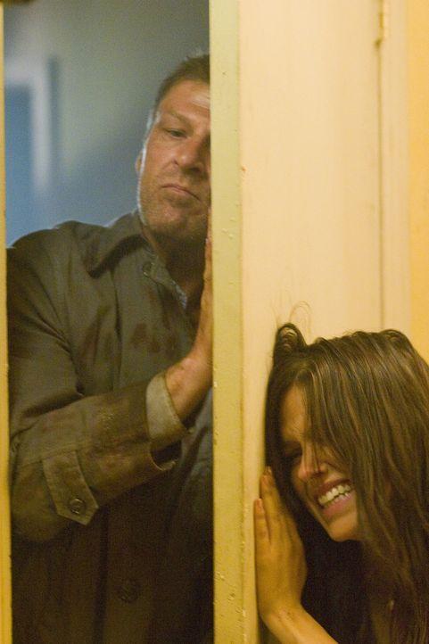 Ihr Anhalter (Sean Bean, l.) entpuppt sich schon sehr bald als eiskalter Psychopath. Jim und Grace (Sophia Bush, r.) können ihm zwar zunächst entk...