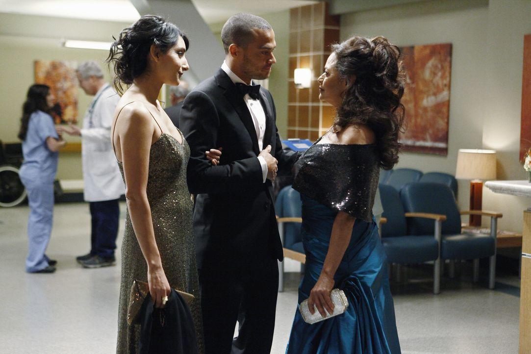 Dr. Catherine Avery (Debbie Allen, r.), Jacksons Mutter, ist wieder in der Stadt und hat ihre Star-Schülerin Dr. Mara Keaton (Rebecca Hazlewood, l.... - Bildquelle: ABC Studios