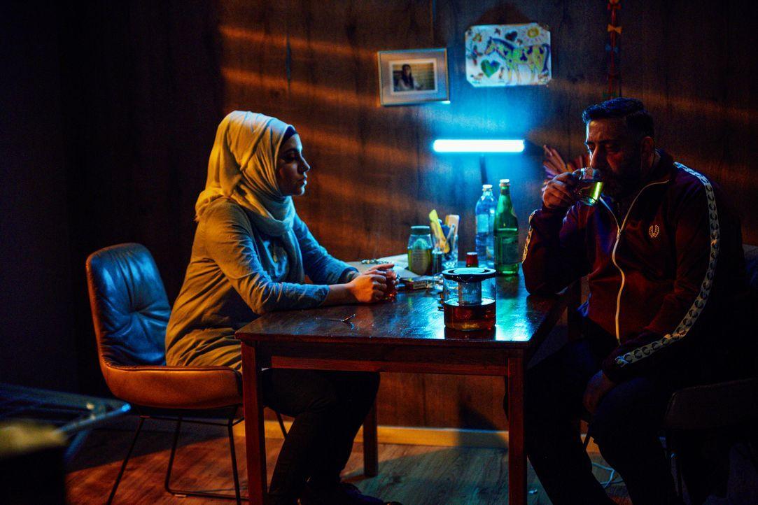 Amara (Almila Bagriacik, l.); Toni (Kida Khodr Ramadan, r.) - Bildquelle: Julian Baumann 2019 Turner Broadcasting System Europe Limited - a WarnerMedia Company / Julian Baumann