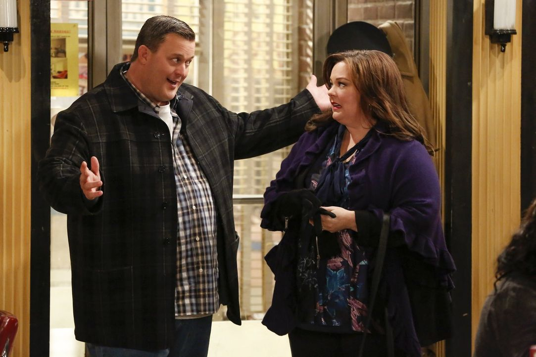 Molly (Melissa McCarthy, r.) bemerkt, dass Mike (Billy Gardell, l.) in seiner Alltagsroutine festhängt und alles andere als glücklich darüber ist. D... - Bildquelle: Warner Brothers
