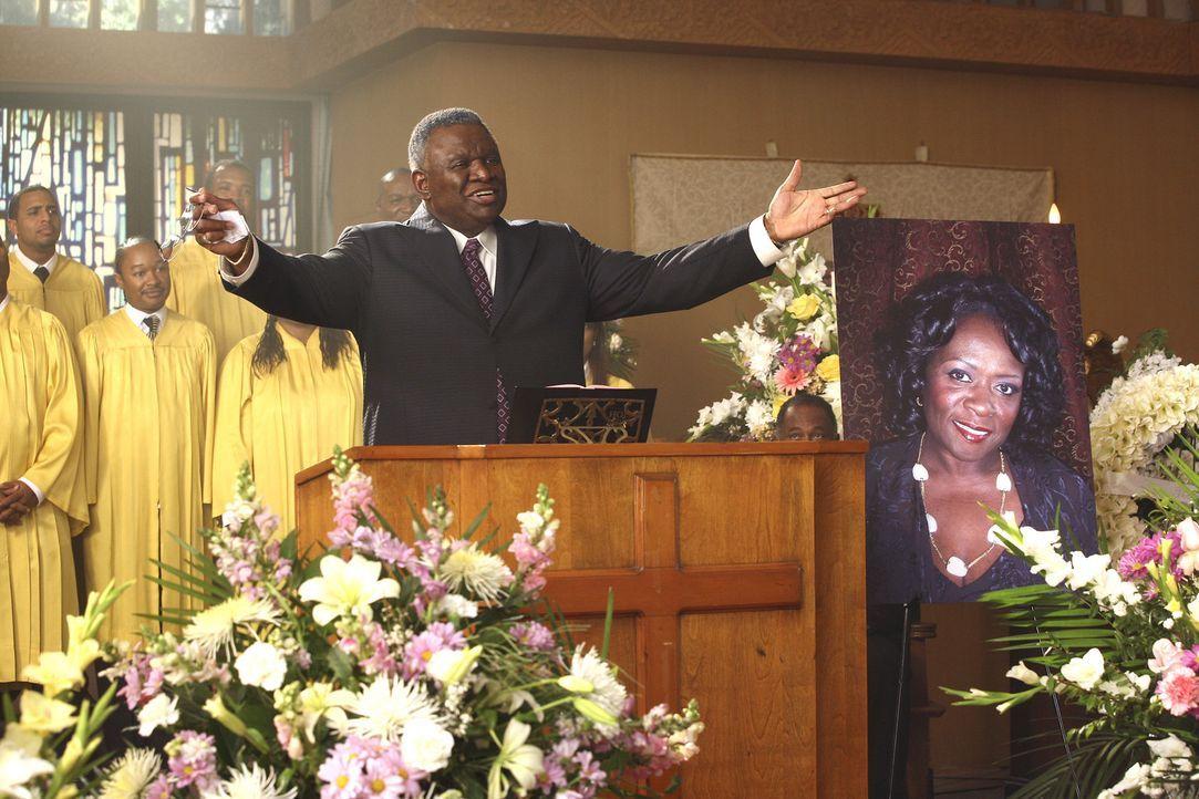 Lavernes Beerdigung: Im Gottesdienst bittet der Priester (George Wallace) jeden Anwesenden, sich nur ein paar Minuten am Tag für sich selbst zu neh... - Bildquelle: Touchstone Television