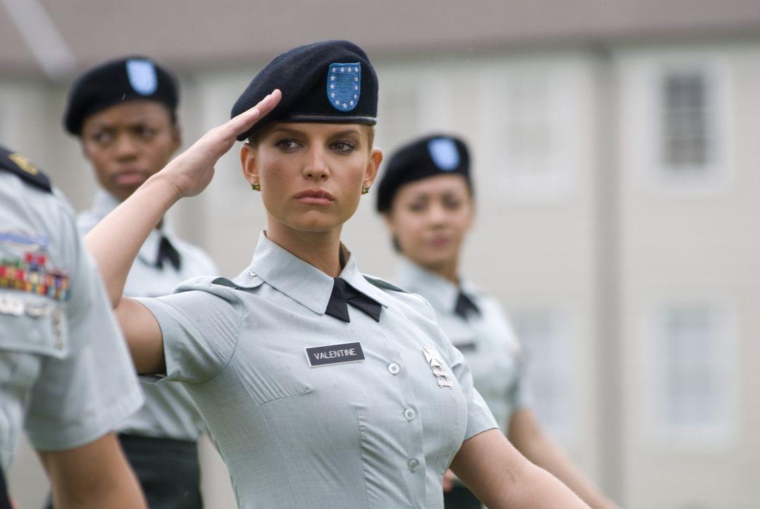 Aller Skepsis zum Trotz schafft Megan Valentine (Jessica Simpson, M.) ihre Grundausbildung der U.S. Army ... - Bildquelle: 2007 MAJOR PRODUCTIONS, INC.