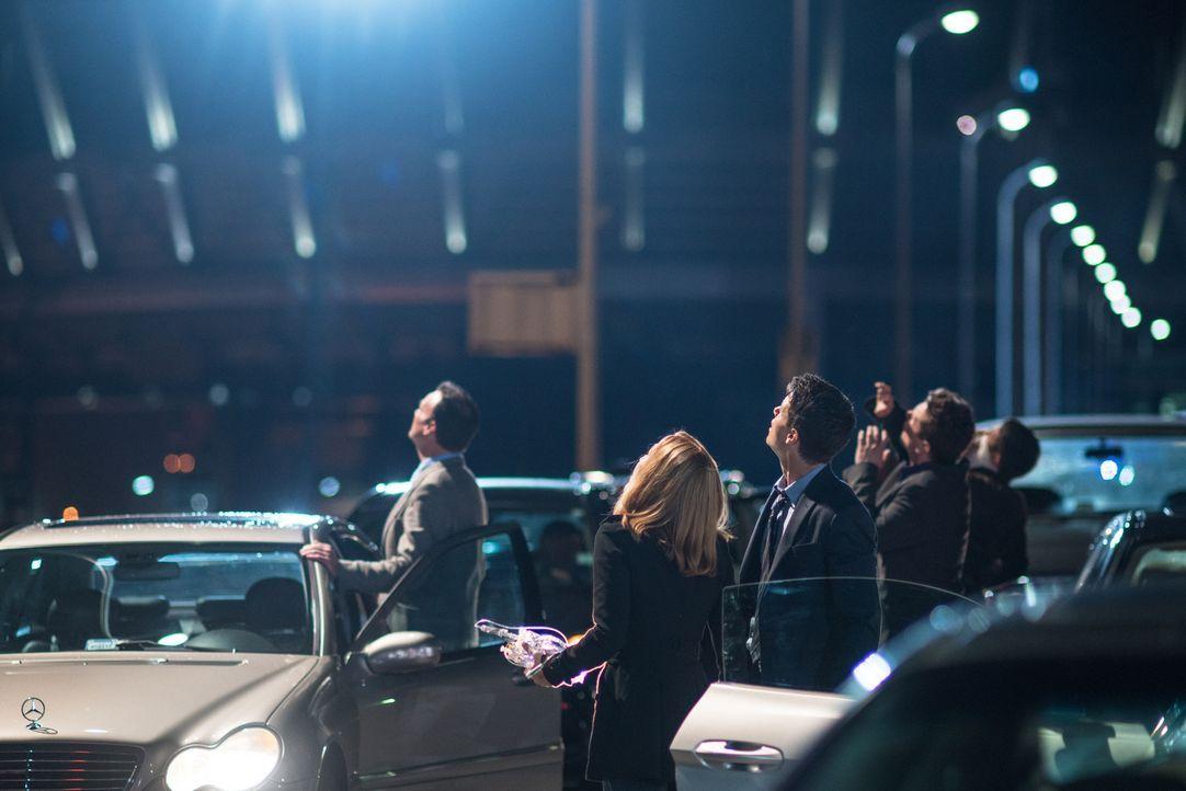 Als die Menschheit dem Untergang geweiht scheint, machen Scully (Gillian Anderson, 2.v.l.) und Agent Miller (Robbie Amell, M.) eine Beobachtung, die... - Bildquelle: 2016 Fox and its related entities.  All rights reserved.