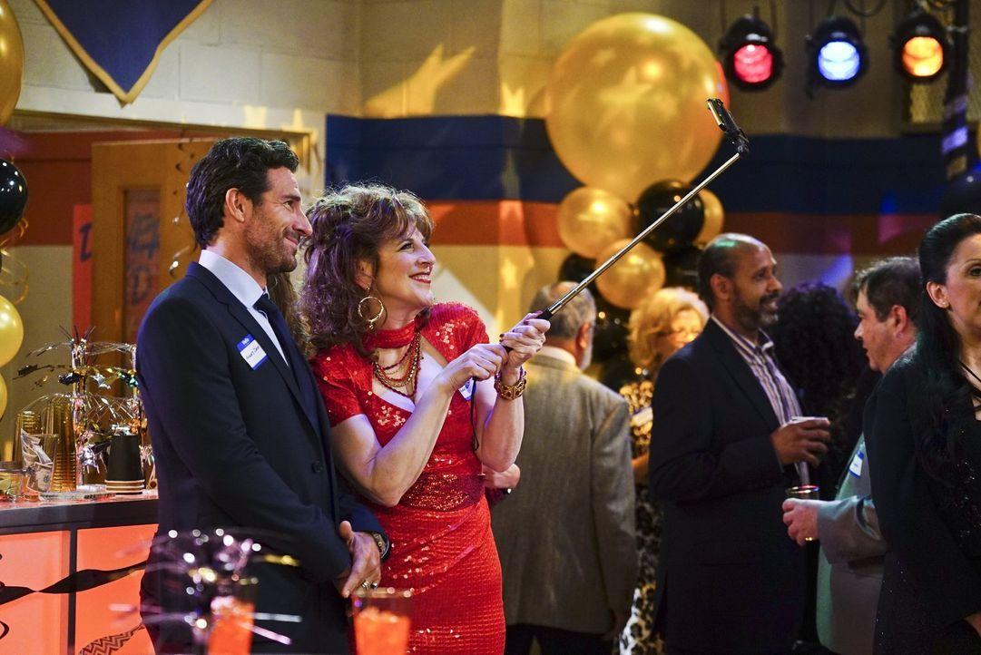Randy (Ed Quinn, l.) begleitet die Pizzeria-Betreiberin Angie (Lisa Lampanelli, r.) zu ihrem Klassentreffen, um Max und Caroline einen Gefallen zu t... - Bildquelle: 2016 Warner Brothers