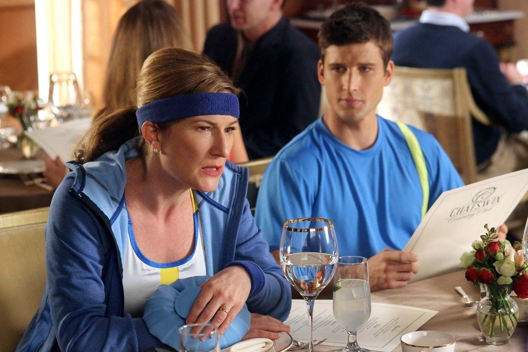 Ryan (Parker Young, r.) und seine Mutter Sheila (Ana Gasteyer, l.) haben eine enge Beziehung. Obwohl er ein großer Footballspieler an seiner Schule... - Bildquelle: Warner Brothers