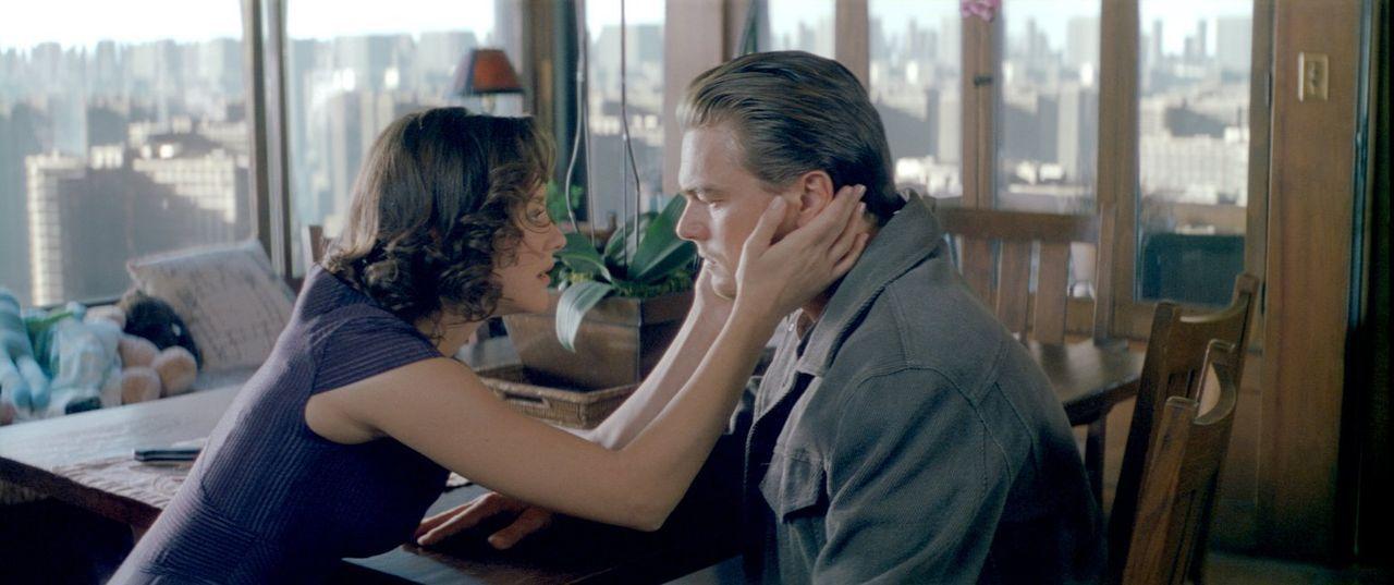 Im Limbus, der tiefsten Traumebene, trifft Cobb (Leonardo DiCaprio, r.) auf seine verstorbene Frau Mal (Marion Cotillard, l.). Wird es ihr gelingen,... - Bildquelle: 2010 Warner Bros.