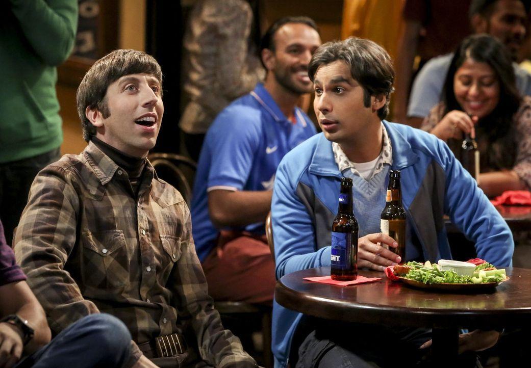 Raj (Kunal Nayyar, r.) überredet Howard (Simon Helberg, l.), mit ihm in eine Bar zu gehen und Cricket anzuschauen, während Sheldon sich heimlich an... - Bildquelle: Warner Bros. Television