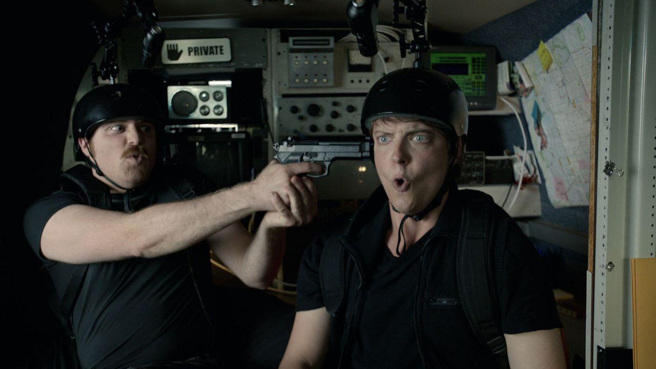 Kann das Übernatürliche die Freunde Evan (Tyler Phillips, l.) und Taylor (Peter Gilroy, r.) wirklich dazu bringen, sich gegeneinander zu stellen? - Bildquelle: 2012 TT Productions, LLC.  All rights reserved.