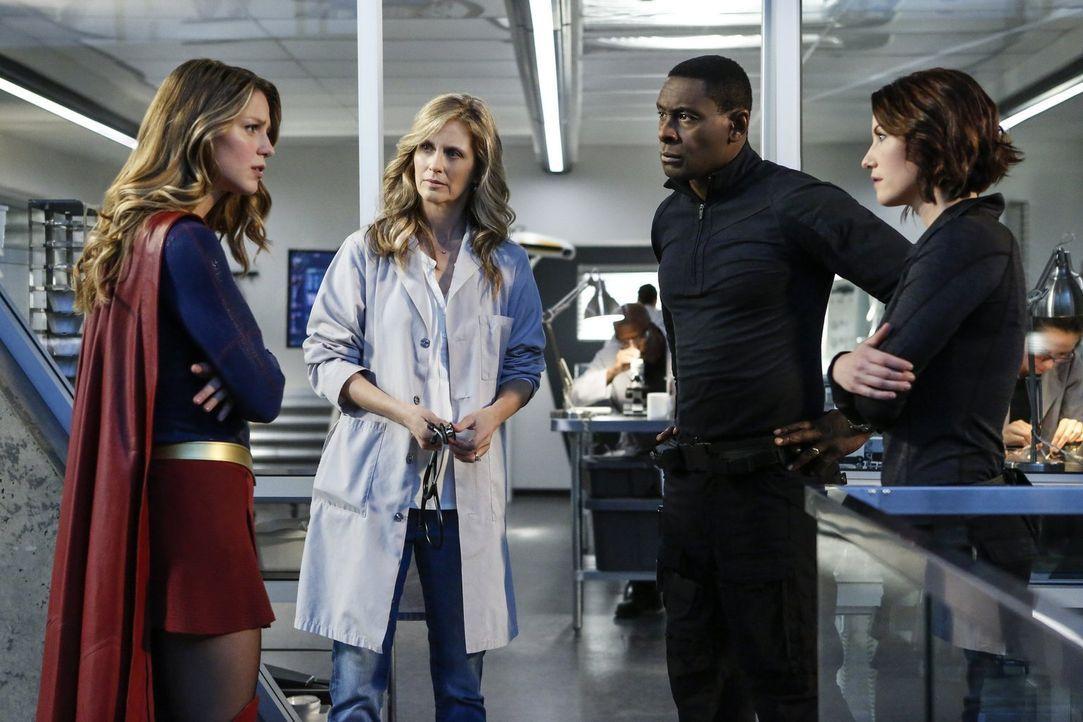 Supergirl (Melissa Benoist, l.), Hank (David Harewood, 2.v.r.) und Alex (Chyler Leigh, r.) suchen verzweifelt nach einem Gegengift für Mon-El. Ist D... - Bildquelle: 2016 Warner Bros. Entertainment, Inc.
