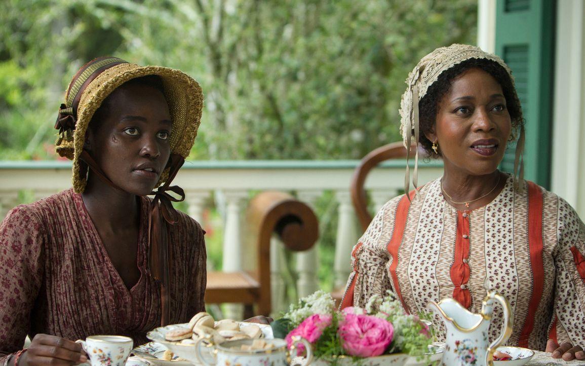 Durch die Heirat mit einem weißen Mann, konnte sich Harriet (Alfre Woodard, r.) aus der Sklaverei retten. Nun versucht sie, der Sklavin Patsey (Lupi... - Bildquelle: TOBIS FILM