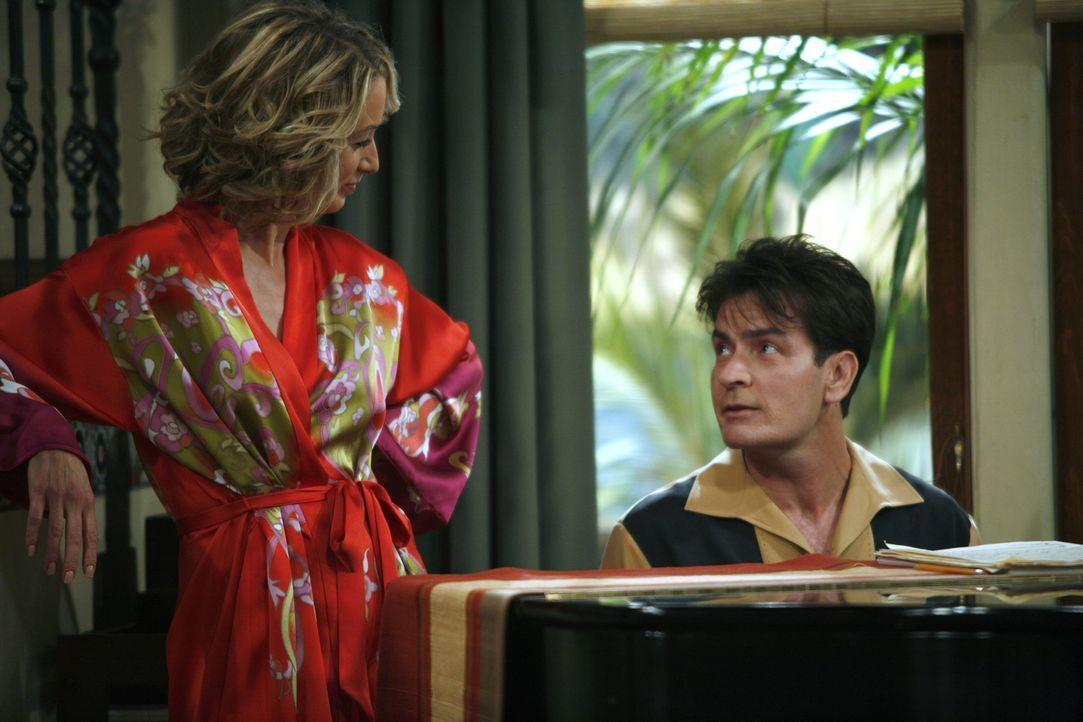 Charlie (Charlie Sheen, r.) ist Lydia (Katherine Lanasa, l.) völlig verfallen und ist machtlos gegen deren Egoismus ... - Bildquelle: Warner Brothers Entertainment Inc.